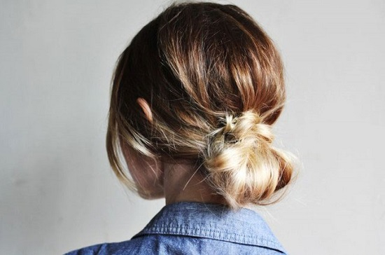 You will love these quick and easy cute bun hairstyles for busy moms. Find 25 messy bun hairstyles that take very little time. Cute buns for Mom.