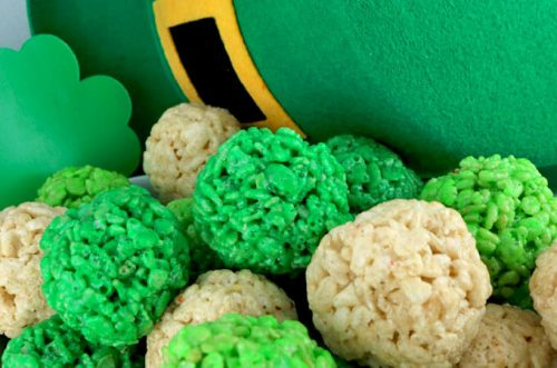 Everyone will love these fun St. Patrick's Day desserts. Find over 15 easy St Patrick's Day Desserts. Festive desserts and snack ideas sure to be a hit.